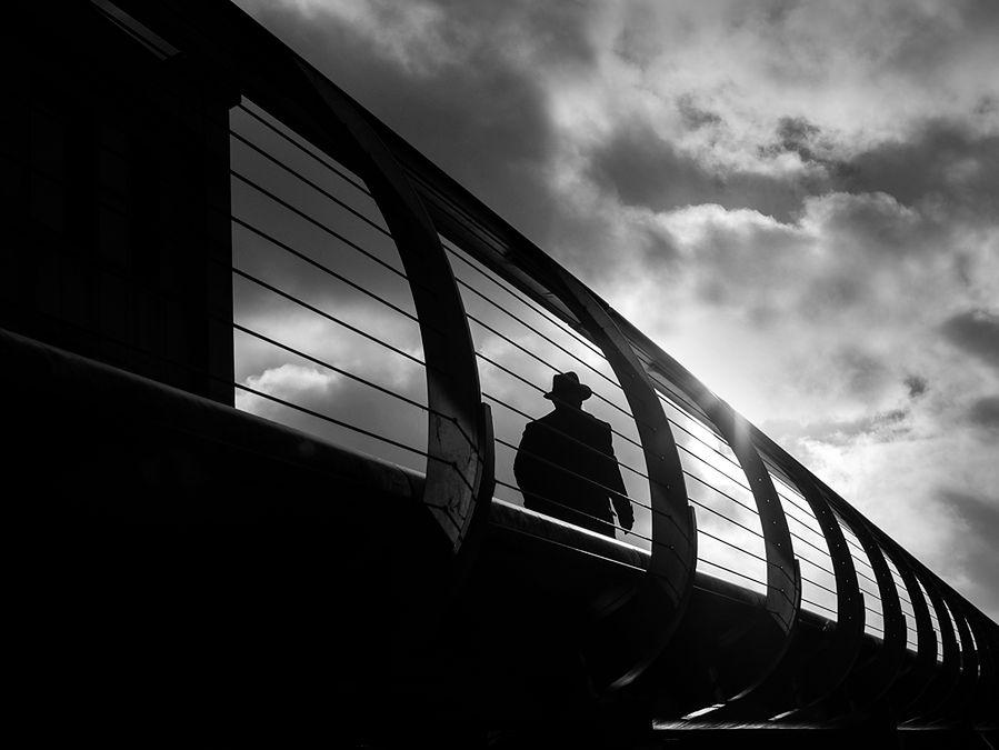 Rupert Vandervell mieszka i pochodzi z Londynu, jest fotografem samoukiem. Jego styl jest odzwierciedleniem jego osobowości. Od zawsze miał obsesję na punkcie czystych linii i geometrycznych kształtów. Uwielbia interakcję światła ze strukturą miasta, ulice i budynki.
