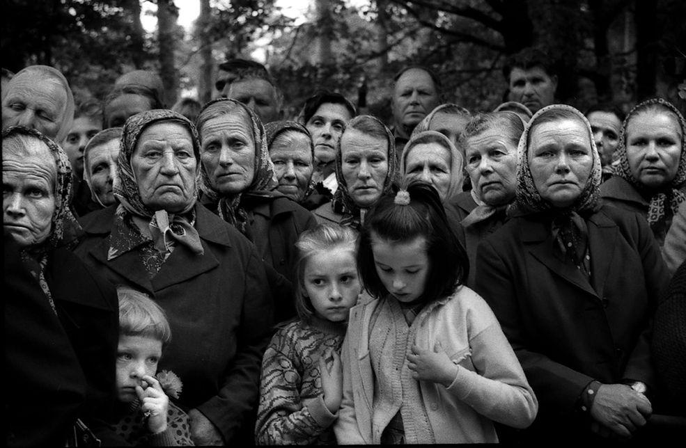 Białoruś - Mińsk, sierpień 1991 r. Białoruś odzyskuje niepodległość. Na zdjęciu polskie kobiety ze wsi Wawiorka. / Fot. Rafał Witczak