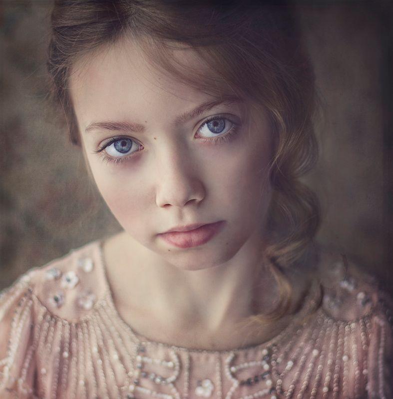 Gosia Jurasz zajęła się fotografowaniem dzieci, kiedy na świecie pojawiły się jej własne. Chciała zatrzymać każdą chwilę, każdy uśmiech, każdą minkę, by zapamiętać ją na zawsze. Oczywiście tamte zdjęcia nie dorównywały w żaden sposób obecnym.