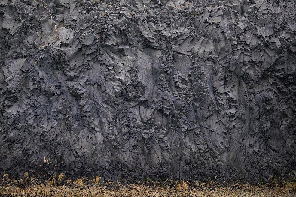 """W magicznym miejscu znanym jako """"Cape"""" (""""Przylądek""""), Neal Rantoul pojawił się po raz pierwszy w 2013 roku, kiedy po odbyciu miesięcznego stażu w Caer Art Cente na północy Islandii, on i jego 4 kolegów zostali zabrani na wycieczkę łódką. Cape znajduje się na północ od Hosfos. Jest tam kamienista równina z ogromnym klifem."""