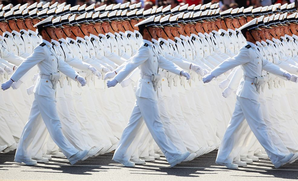 To się nazywa synchronizacja! Żołnierze Chińskiej Republiki Ludowej wiedzą, jak dobrze wypaść na oficjalnych paradach. Po prostu świetne!