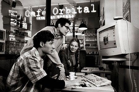 Fot. Martine Franck-Richard Kalvar, 2001 W 2001 roku kalendarz Lavazzy stworzyli dwaj fotografowie, Martine Franck i Richard Kalvar. Kalendarz był inspirowany codziennym życiem obracającym się wokół filiżanki kawy.