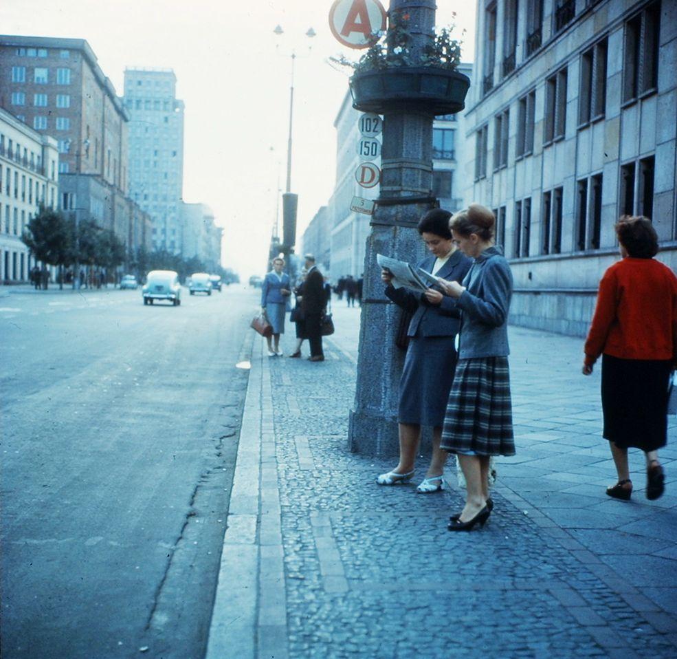 Prezentowane fotografie pochodzą z licznych podróży ich autora do Warszawy. Orth należał bowiem do niemałej grupy dziennikarzy z RFN, którzy od drugiej połowy lat 50. regularnie przyjeżdżali do Polski. Urodził się w Düsseldorfie w 1922 roku, a zmarł w 2012 roku.