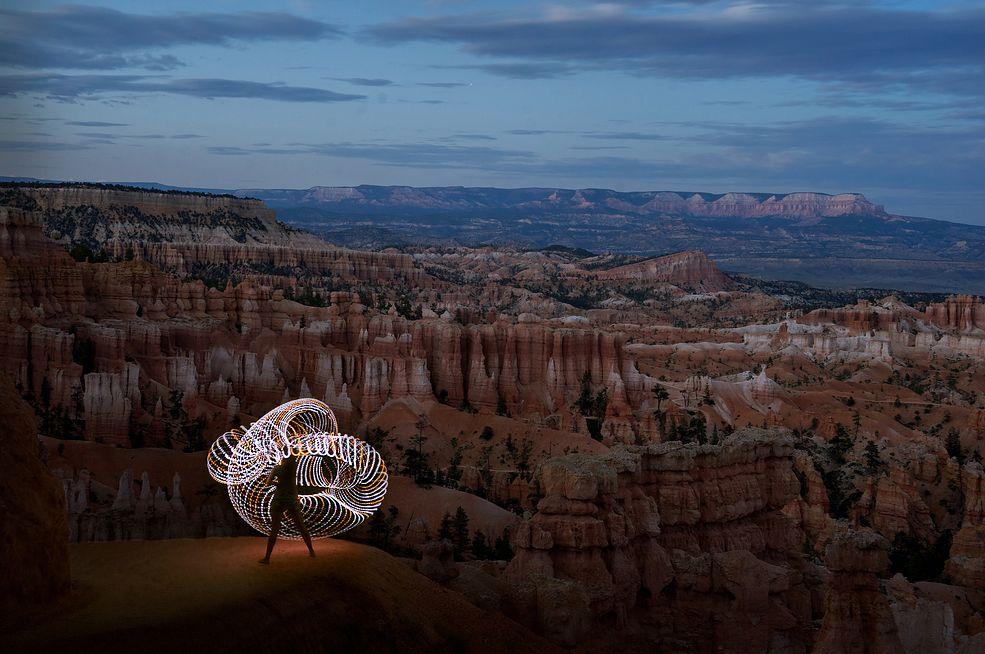 Podróż samochodem przez Stany Zjednoczone to fantastyczny sposób, aby zobaczyć wiele wspaniałych widoków jakie oferuje ten kraj. Po ukończeniu studiów Grant Mallory z dziewczyną Mairą Jacob przemierzyli w ten sposób środkowe i zachodnie stany USA, odwiedzając kilka parków narodowych. Para nie podróżowała jednak sama, zabrali ze sobą ledowe hula hop i byli gotowi na fotografowanie efektów świetlnych na tle wspaniałych krajobrazów.