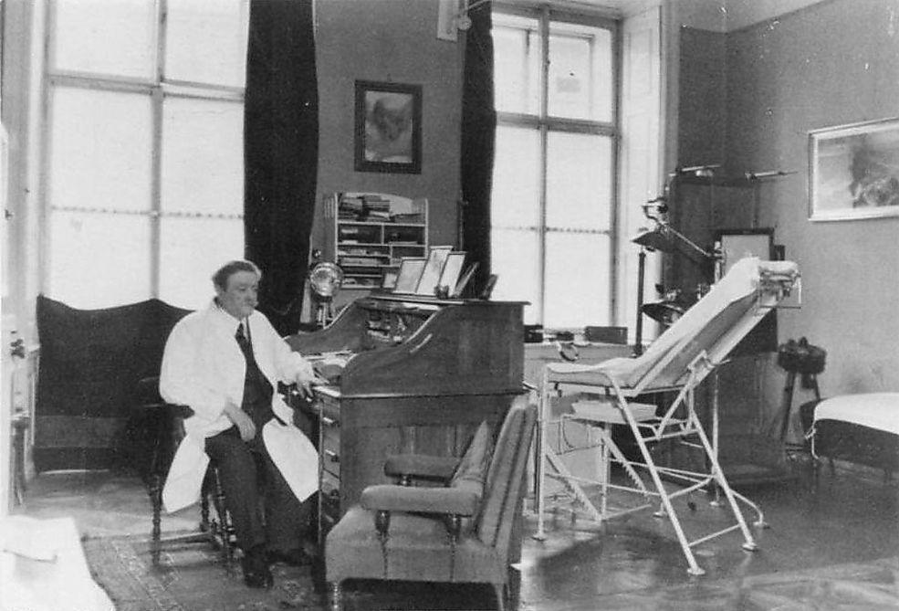 """Przygotujcie się na szok! Postać na zdjęciu to nie kto inny, a Eduard Block, osobisty żydowski lekarz rodziny Hitlerów. Został on sfotografowany w 1938 roku w swoim biurze. W późniejszych latach został nazwany """"Szlachetnym Żydem"""" i był pod osobistą protekcją Adolfa Hitlera."""