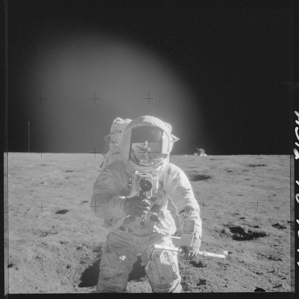 Zdjęcia z kosmosu są zawsze fascynujące, głównie dzięki dość rzadkiej perspektywie z jakiej są wykonane. NASA opublikowała bardzo obszerną galerię zdjęć z misji Apollo, którą można obejrzeć na Flickr.