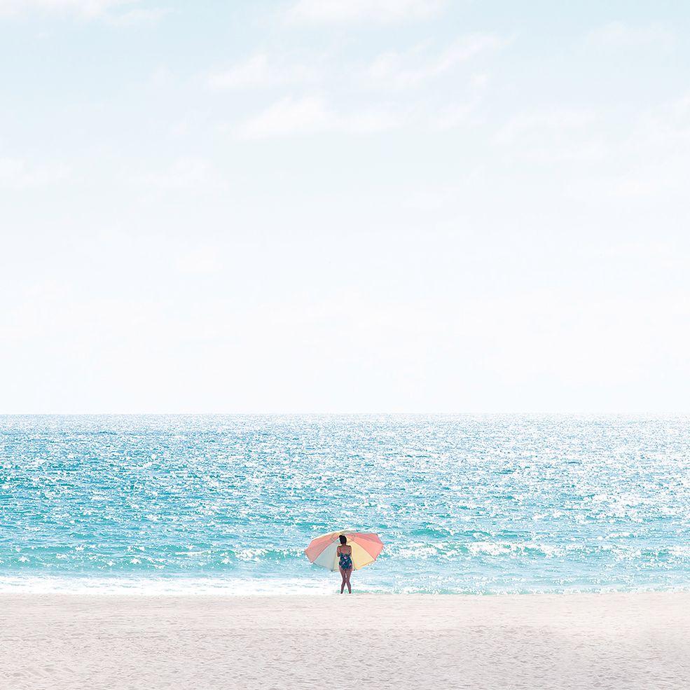 Plaża to popularny temat fotograficzny, bez względu na gatunek fotografii. Najczęściej utożsamiamy ją z wesołym tłumem, fotografią z dronów i krajobrazami z zachodzącym słońcem. Zdjęcia plaży i nadmorskie krajobrazy sfotografowane w słoneczny letni dzień raczej nie kojarzą się nam z samotnością. Właśnie samotni plażowicze są tematem zdjęć Davida Behara z Los Angeles, który uchwycił ich na jednej z najpiękniejszych plaż w Kalifornii.