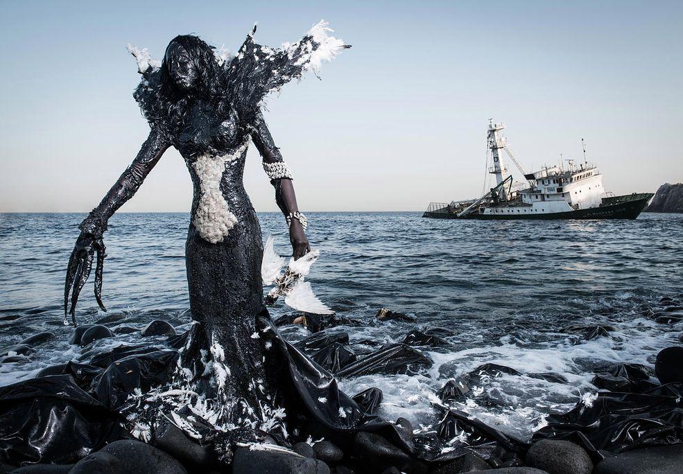 """Fabrice Monteiro to fotograf, były model z Dakaru w Senegalu. Stworzył ciekawy cykl zdjęć """"The Prophecy"""" (Proroctwo), który koncentruje się na dewastacji środowiska naturalnego. Na swoich zdjęciach umieścił modelki w strojach stworzonych ze śmieci przez senegalskiego projektanta mody Doulsy . Elementy kostiumów zostały znalezione w lokalizacjach, w których były wykonywane zdjęcia."""