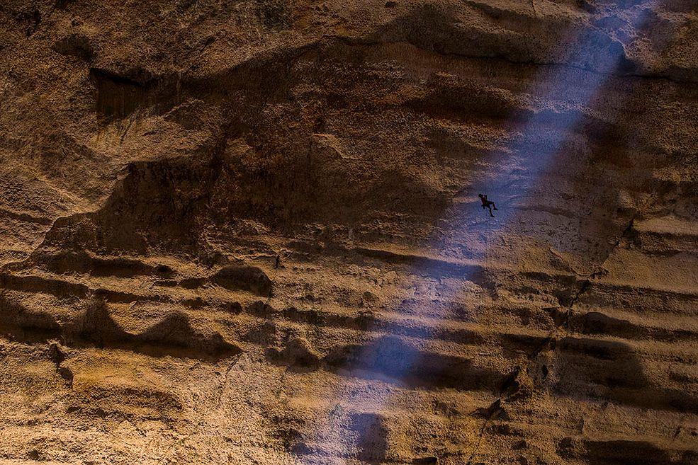 """Zwycięzcami tegorocznej edycji konkursu Memorial Maria Luisa zostali Klaus Fengler za zdjęcie """"Sopt-light"""", które powstało w wielkiej jaskini w Omanie w trakcie wyznaczania nowej trasy oraz Gian Luigi Fonari Lanzetti za zdjęcie """"Lioness in the swamp""""."""