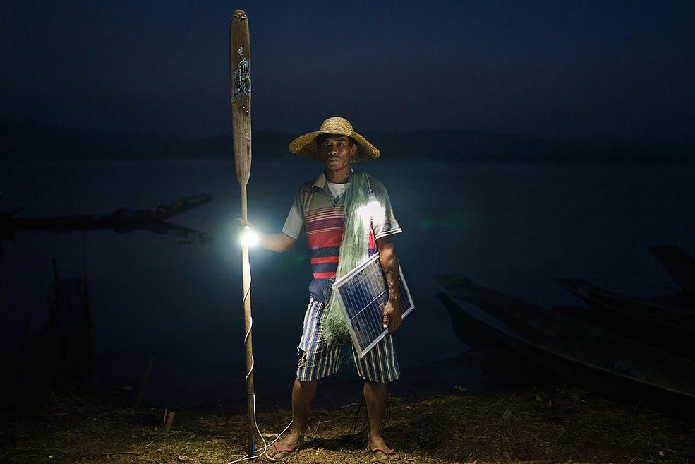 """Dla wielu ludzi, szczególnie w naszym kręgu kulturowym, elektryczność jest standardem. Jednak dla wielu jest też luksusem i nowinką. Cykl """"Solar Portraits"""" zajmuje się tymi drugimi, a w szczególności mieszkańcami Birmy, którzy mają wyjątkowo ograniczony dostęp do tego ważnego udogodnienia. Spośród 68 000 wiosek tylko 3 000 jest podłączonych do sieci energetycznej. Zaledwie 27% ludności kraju korzysta z prądu na co dzień."""