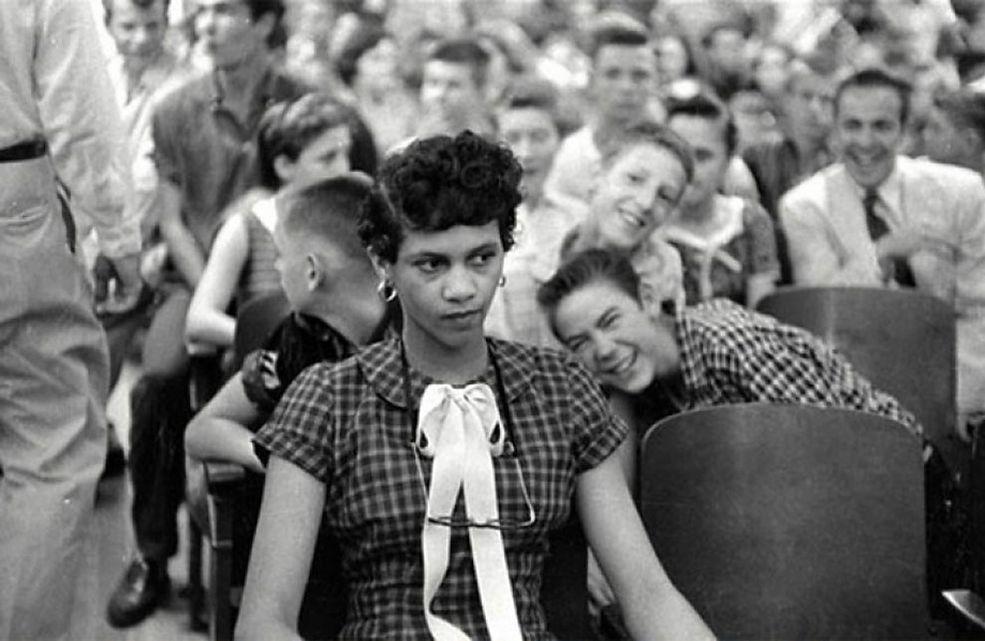 """Zdjęcie przed waszymi oczami zostało zrobione w 1957 roku. Przestawia ono Dorothy Counts - pierwszą czarnoskórą dziewczynę w """"białej"""" szkole w Stanach Zjednoczonych. Na fotografii młoda kobieta ma dość zniesmaczoną minę, ponieważ podczas jej robienia była wyśmiewana przez swoich białych kolegów z Chalotte's Harry harding High School."""