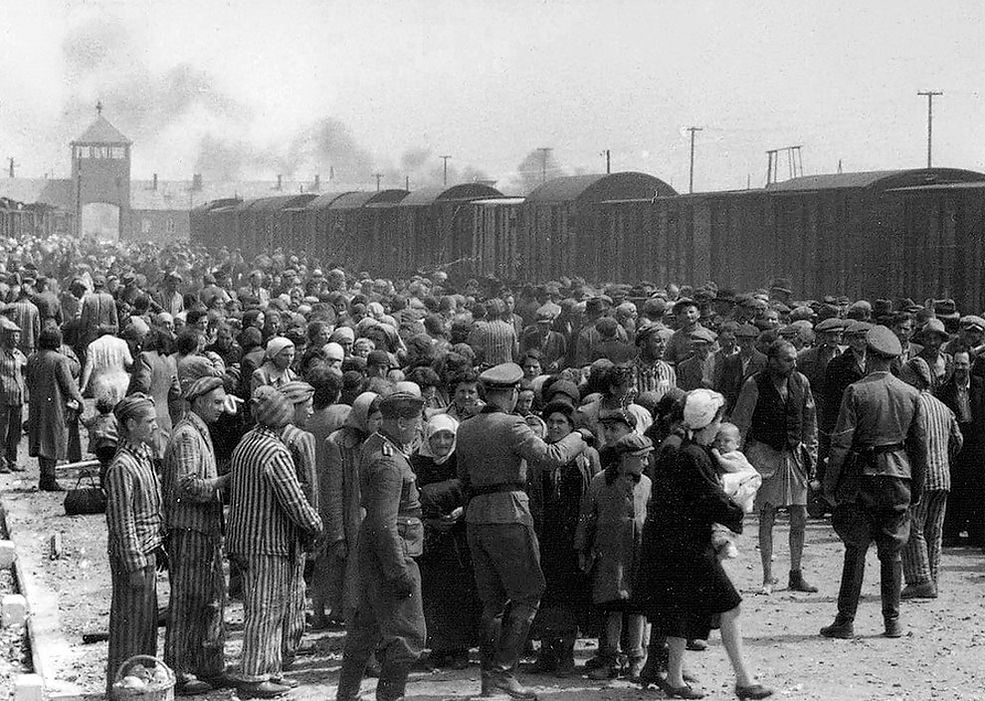 Smutna historia przed wami. Zdjęcie przedstawia węgierskich Żydów, którzy zostali wysłani do komór gazowych w Auschwitz. Fotografia powstała na przełomie maja i czerwca 1944 roku.