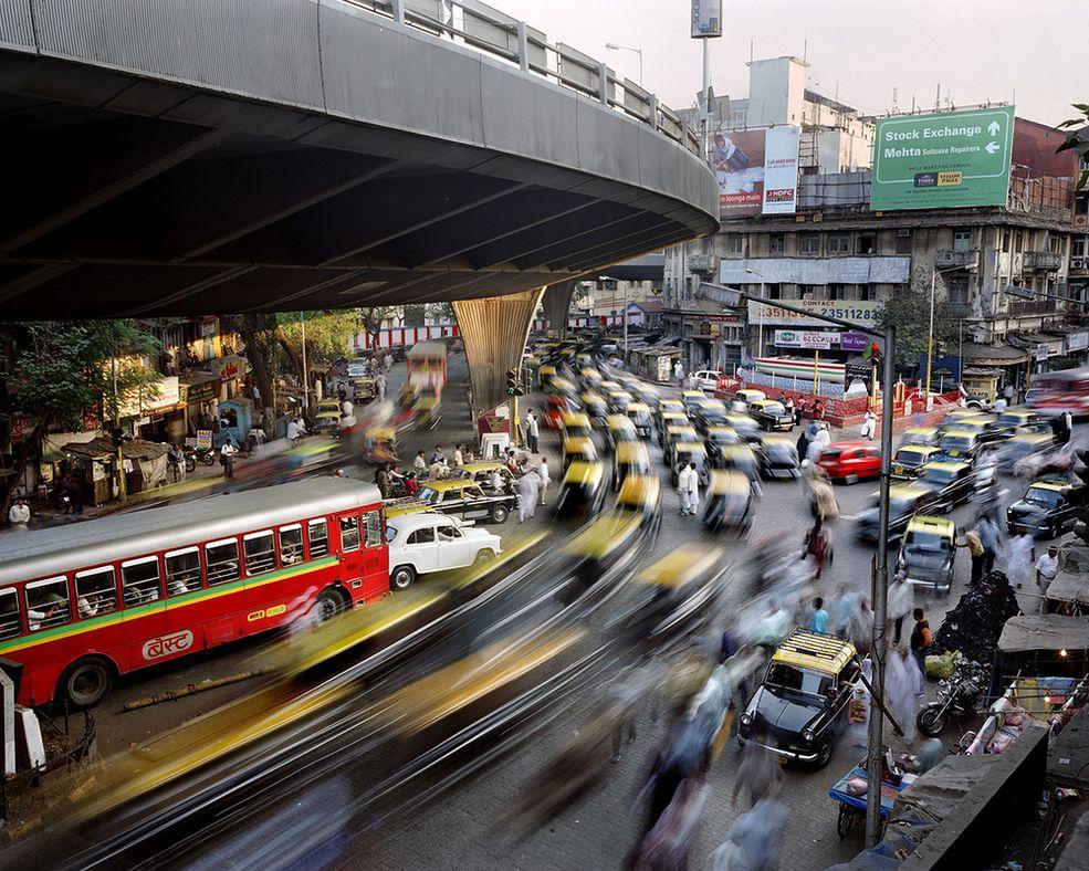 """Do roku 2070 aż 70% populacji Ziemi będzie żyć w miastach. W swoim cyklu """"Metropolis"""" Martin Roemers kieruje obiektyw na 22 miasta na całym świecie, które liczą więcej, niż 10 milionów ludzi. W wielu z nich ludzie żyją w bardzo trudnych warunkach przeludnienia."""