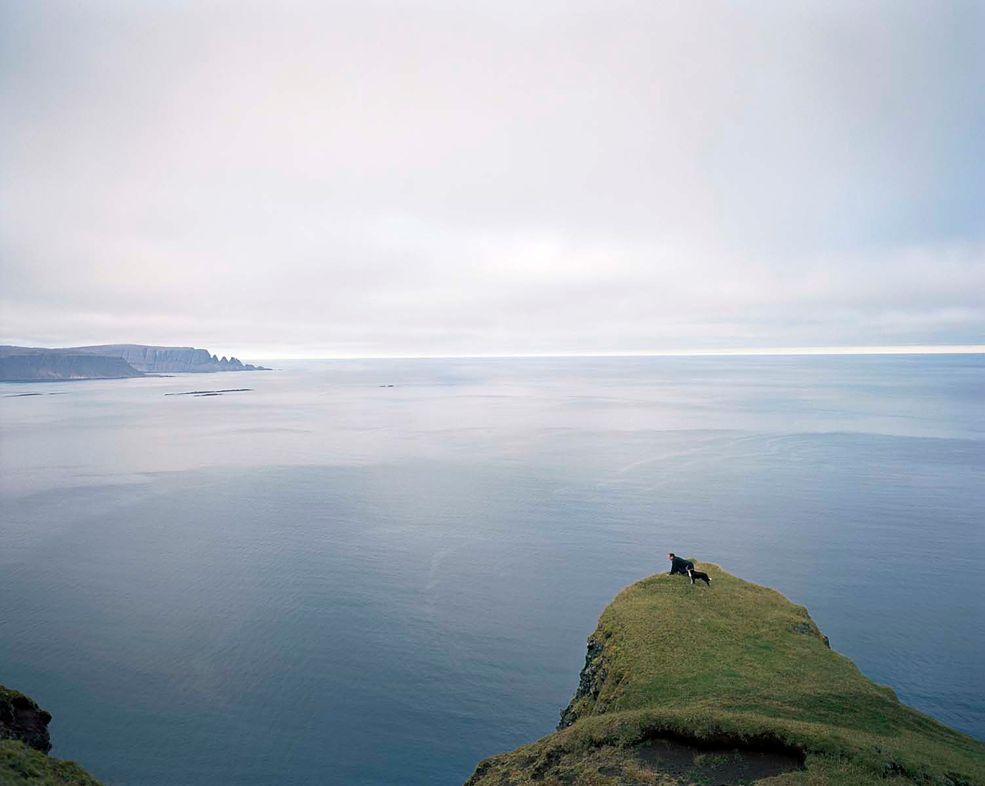 1 Jan Brykczyński fotografował codzienne życie w Árnes (Islandia). Ze względu na izolację i warunki życia, tamtejsza niewielka społeczność opiera się na ścisłej współpracy.