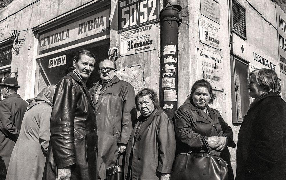 """Ówcześni fotografowie nie zapuszczali się w rejony Pragi. Władza wolała pokazywać sukcesy odbudowy stolicy, a nie starą, niezniszczoną podczas wojny część Warszawy. Nie było """"zapotrzebowania"""" redakcji na tego typu zdjęcia."""