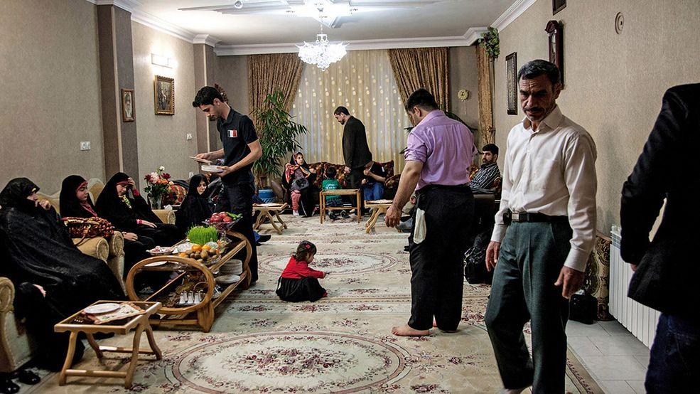 Rodzina świętująca Nowy Rok, Teheran  Jak wygląda życie w irańskim domu, możemy obejrzeć w książce Iranian Living Room, wydanej przez włoską agencję Fabrica, część Benetton Group.