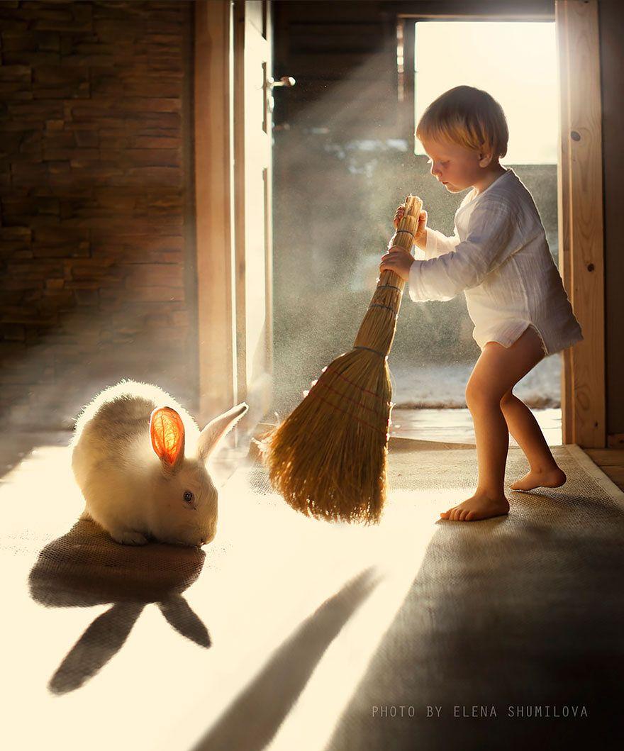 O bajkowych zdjęciach Eleney Szumiłowej pisaliśmy już jakiś czas temu - Bajkowe zdjęcia synków i ich ulubionych zwierząt na rosyjskiej prowincji. Rosyjska fotograf nie spoczywa na laurach i nadal z ogromnym zapałem fotografuje swoje dzieci i zwierzęta.
