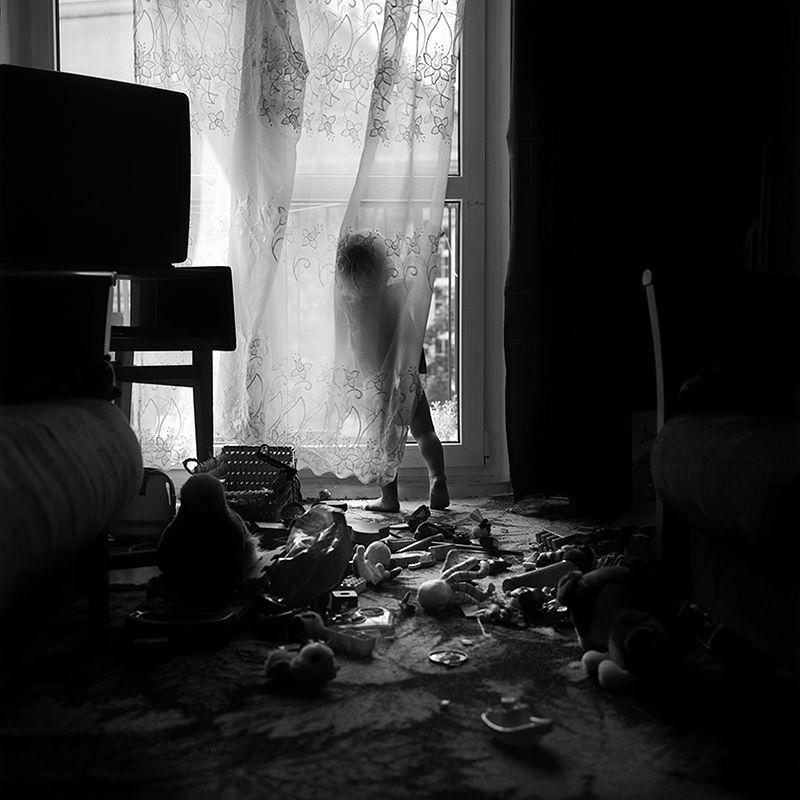 """""""Zabawki to zestaw fotografii, który zrodził się z mojego niepokoju spowodowanego porażającą, społecznie w pełni akceptowaną nadkonsumpcją. Dziś w w wielu miejscach świata nadmiar stał się stanem neutralnym, bezrefleksyjnie kupuje się coraz więcej i więcej, nie zważając na ponoszone koszty indywidualne, społeczne i ekologiczne"""" - opisuje swój cykl fotografii Bogusława Trela."""