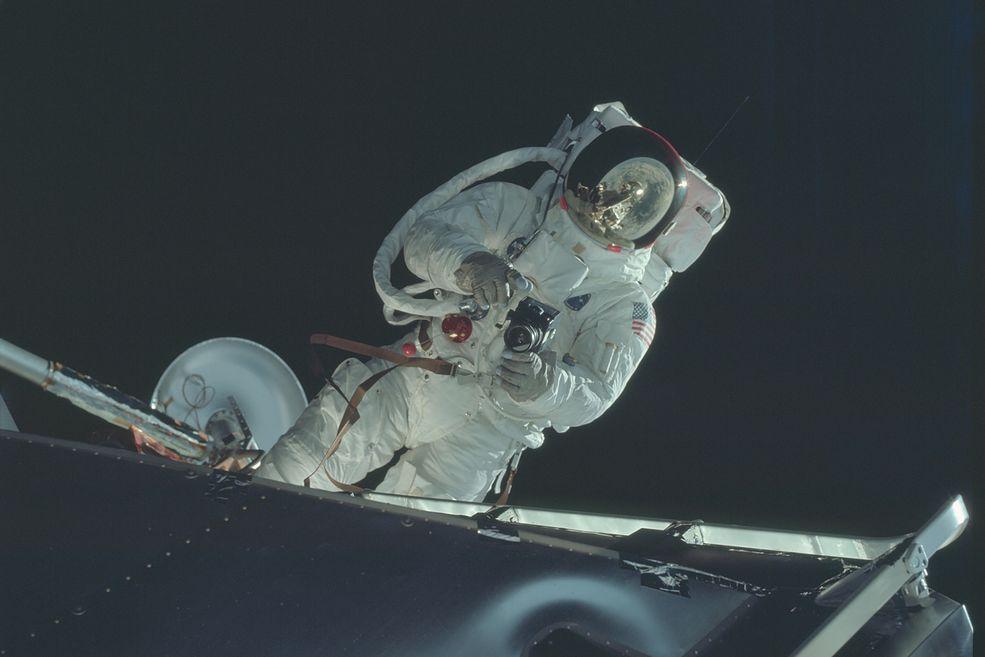 Człowiek przez wieki marzył o eksplorowaniu kosmosu. Wraz z rozwojem technologii marzenia te powoli stawały się możliwe. 60 lat temu, w 1958 roku, w Stanach Zjednoczonych powstał Prezydencki Naukowy Komitet Doradczy. Bodźcem do tego było wypuszczenie przez Rosjan pierwszego sztucznego satelity - Sputnika. Niedługo po tym Prezydencki Komitet Rządowy zaproponował założenie nowej cywilnej agencji w celu przeprowadzenia programu kosmicznego, która powstała 29 lipca 1958 roku.