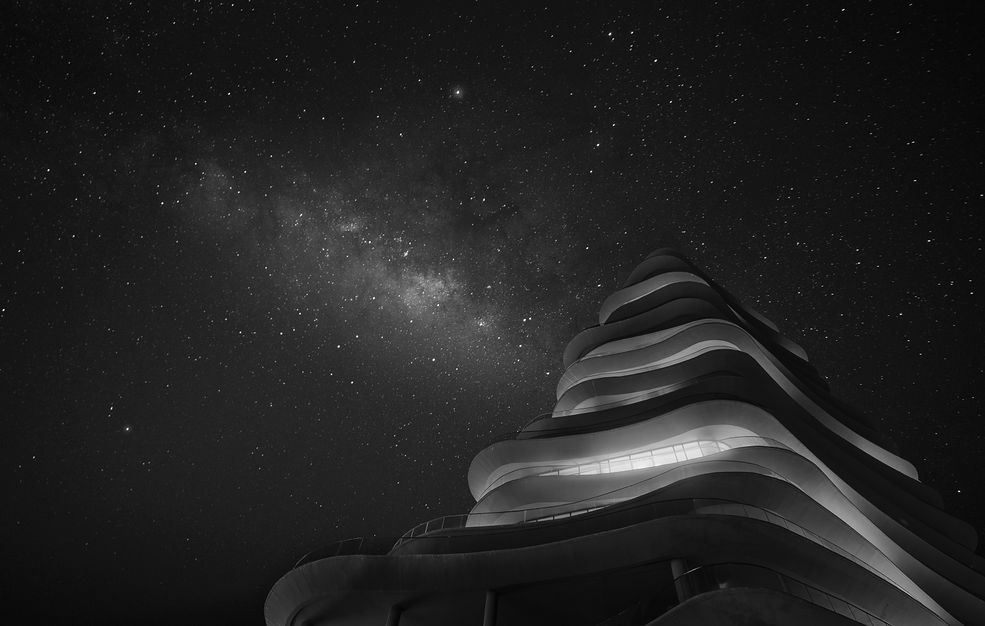 Moises Levy pochodzi z Meksyku. Z zawodu jest architektem i swoje umiejętności wykorzystuje w fotografii. Przywiązuje dużą wagę do kwestii technicznych. Dopiero podczas analizowania gotowych obrazów budzi się w nim twórcza natura. W fotografii pokochał to, że może wszystko dokładnie zaplanować, jednocześnie nie tracą spontaniczności.
