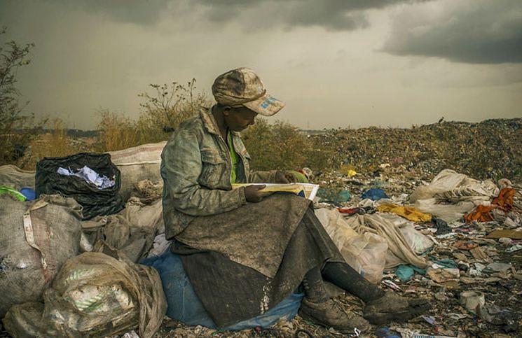 1 Być może pamiętacie to zdjęcie, nagrodzone w konkursie World Press Photo 2013. Micah Albert spotkał jego bohaterkę w pobliżu Nairobi, na gigantycznym wysypisku śmieci. Ze sprzątania i poszukiwania surowców wtórnych żyją okoliczni mieszkańcy - w tym kobieta, którą Albert spotkał podczas przerwy na lekturę.