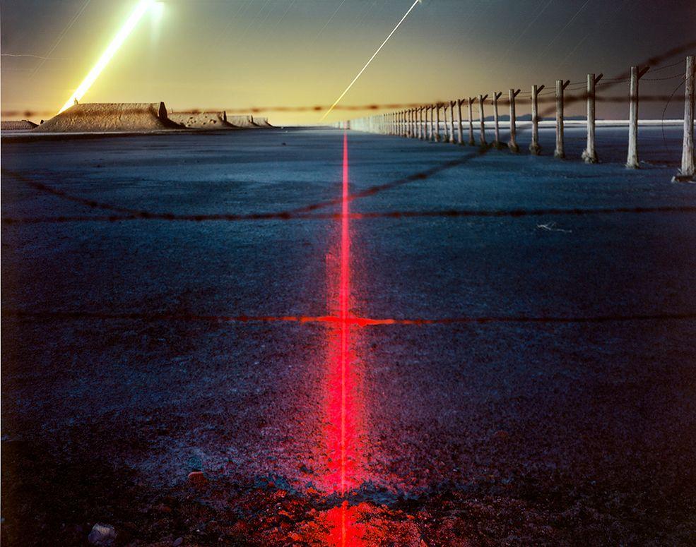 Większość efektów Barry uzyskuje dzięki umiejscowieniu w krajobrazie różnych źródeł światła. LED-y, których natężenie jest regulowane różną mocą baterii, fluorescencyjne pałeczki, żarówki owinięte w woskowany papier, który skutecznie tłumi i rozprasza ich światło. Potem wystarczy ustawić długie naświetlanie i pozwolić sprzętowi chłonąć delikatny blask.