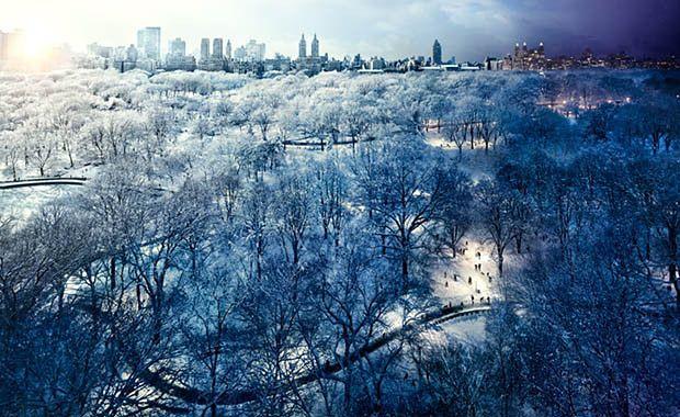 """1 Stephena Wilkesa niektórzy mogą kojarzyć ze zdjęciami z cyklu """"Day to Night"""" (24 godzin z życia miasta na jednym zdjęciu)."""