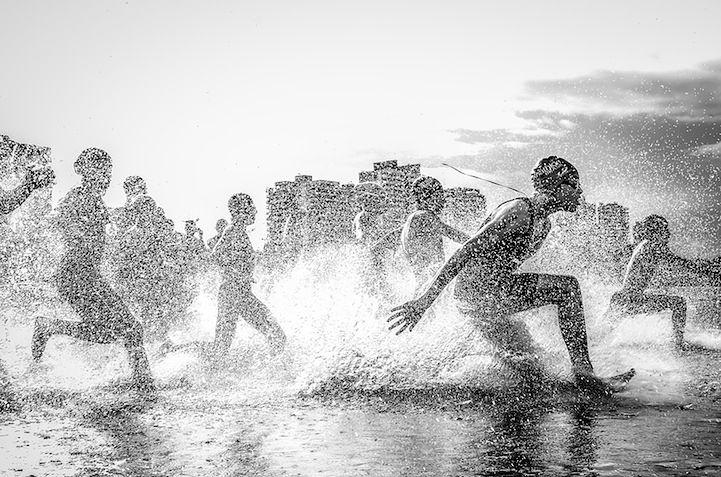 1 Zwycięskie zdjęcie konkursowe: Aquathlon (zawody w pływaniu i bieganiu) w brazylijskim Manaus. Fot. Wagner Araujo.