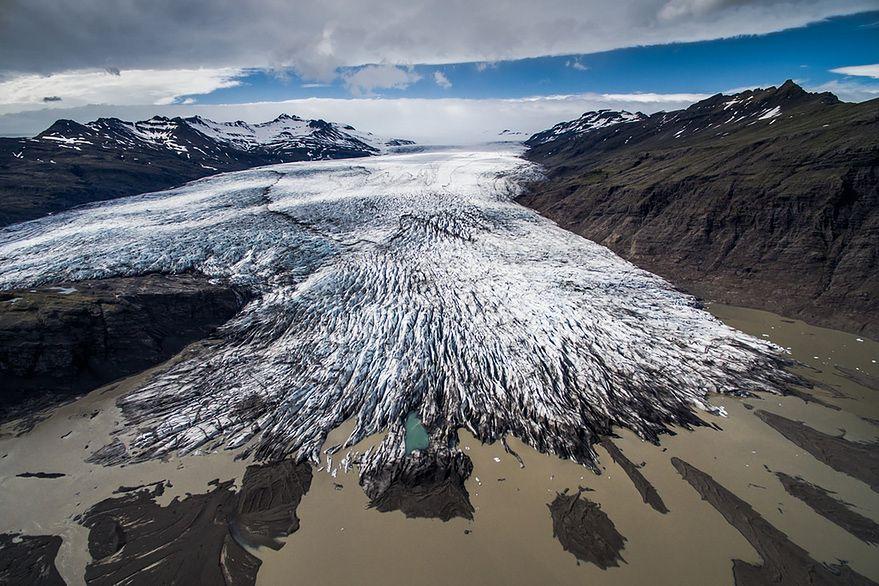 """""""Zdjęcia powstały w ciągu 2 tygodni na Islandii w lipcu 2015 r. Wykonałem je za pomocą drona DJI Phantom 3 Advanced. Była to moja pierwsza wyprawa, na której użyłem drona. Islandia była na mojej liście lokalizacji do odwiedzenia od bardzo dawna. Przejechałem tam ok. 4000 km, a dron """"wylatał"""" prawie 100 km (ok. 8 godzin)"""" - opowiada redakcji Fotoblogia.pl Jakub Połomski."""