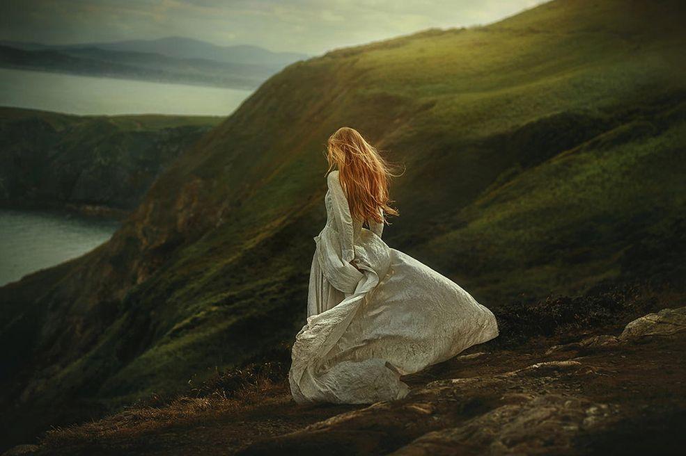 """23-letnia Victoria, z Terrencem przemierzają świat w poszukiwaniu miejsc idealnych na stworzenie malowniczych krajobrazów - od parków narodowych Stanów Zjednoczonych po zakamarki Islandii. Para stworzyła projekt """"Follow Me Away"""", którego koncepcja zakłada ukazanie modelki w emocjonalnych portretach i bajkowych sukniach na tle pięknych, charakterystycznych dla danego regionu, miejsc."""