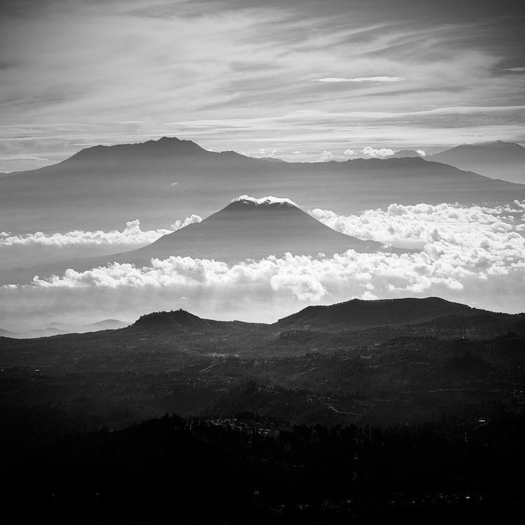 Andy Rahardian Akbar urodził się w Pasuruan na Jawie w Indonezji. Jak widać na jego zdjęciach krajobraz Jawy ma ogromny wpływ na jego fotograficzną twórczość.