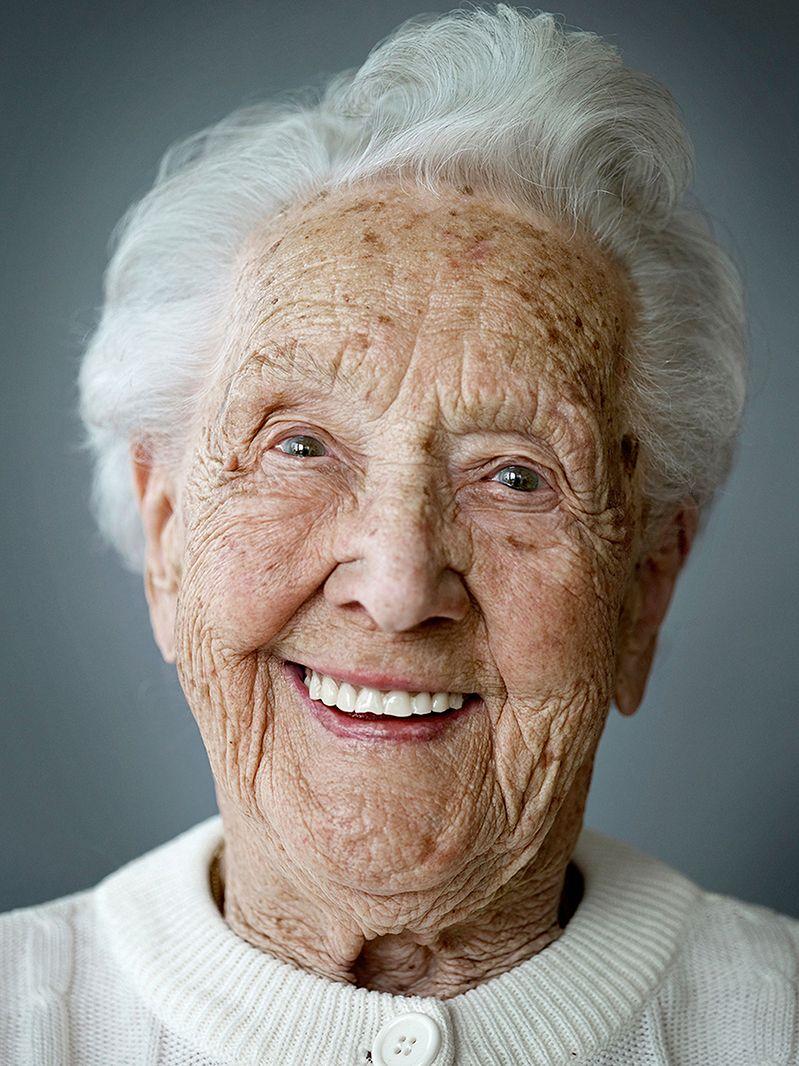 Zadaniem, które wziął na siebie Karsten Thormaehlen jest portretowanie ludzi – kobiet i mężczyzn – powyżej setnego roku życia.   Zdjęcia są bardzo ostre i bogate w szczegóły ujawniające upływ czasu – pokazują każdą zmarszczę na twarzy modela. Są one również przypomnieniem tego, jak silnym uczuciem jest szczęście ujęte na twarzy człowieka - bez znaczenia na wiek.