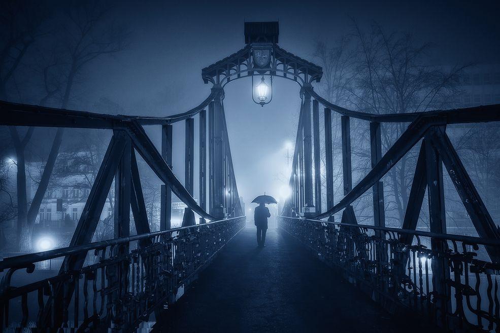 Pewnego wieczora spojrzałem za okno i zobaczyłem jak mgła gęstnieje. Szybko wziąłem swój sprzęt i wybrałem się na nocne polowanie na stare miasto.
