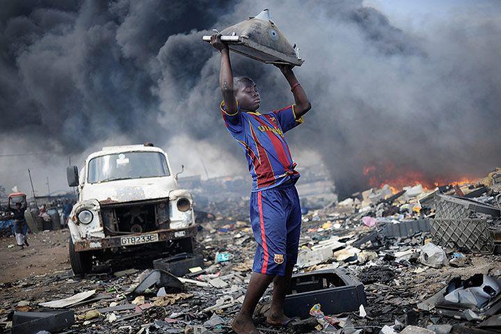 """1. miejsce  W tym roku główną nagrodę otrzymał fotoreportaż """"Waste Export to Africa"""" Kaia Löffelbeina. Jego zdjęcia opowiadają historię dzieci pracujących w """"Sodomie i Gomorze"""" - na wielkim wysypisku śmieci w Ghanie. Nieletni pracownicy rozbierają tam części urządzeń elektronicznych, które w większości są eksportowane do Afryki z Europy. Szacuje się, że same Niemcy wysyłają na Czarny Ląd 100 000 ton elektronicznych śmieci. Kai Löffelbein jest fotografem freelancerem z Niemiec. Autor studiuje fotografię na Uniwersytecie Nauk i Sztuk Stosowanych w Hanowerze. TUTAJ  możecie zobaczyć jego nagrodzone prace."""