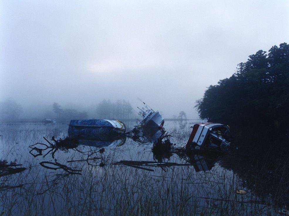 Zagubione w Fukushimie zawiera zdjęcia z prefektury Fukushima pozbawione ludzi. Na niektórych zdjęciach obrazy katastrofy są elementem centralnym, na innych mamy wrażenie, że mieszkańcy po prostu wyszli na chwilę.