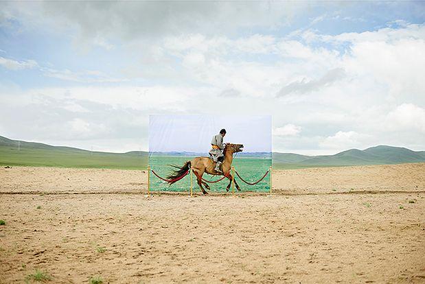Koreański fotograf Daesung Lee postanowił zwrócić uwagę na ten problem w ciekawym fotograficznym cyklu Future Archeology (Archeologia przyszłości). Fotograf za pomocą sprytnie wkomponowanych dioram pokazuje jak kiedyś wyglądała okolica, która teraz straszy pustynnym krajobrazem.