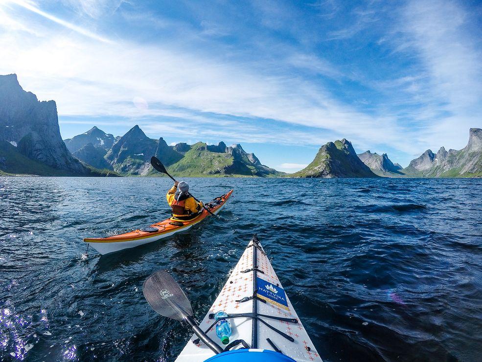 Co to są fiordy? Fiordy to rodzaj zatoki wcinającej się w głąb lądu. Powstały na skutek działania lodowców, co sprawia że wyróżniają się wąskim wlotem oraz stromymi klifami. Występują na wybrzeżu Alaski, Antarktydy, Kolumbii Brytyjskiej, Chile, Danii, Grenlandii, Wysp Owczych, Islandii, Irlandii, Kamczatki, Wysp Kerguelen, Nowej Zelandii, Norwegii, Nowej Zemlyi, Labradora, Nunavut, Nowej Fundlandii i Quebecu.   Tomasz Furmanek zaczął robić zdjęcia 10 lat temu. Około 3 lat temu zaczął fotografować z kajaka. Swoje zdjęcia umieszcza głównie na Instagramie, Najbardziej popularne zdjęcia powstały w przeciągu ostatnich dwóch lat.