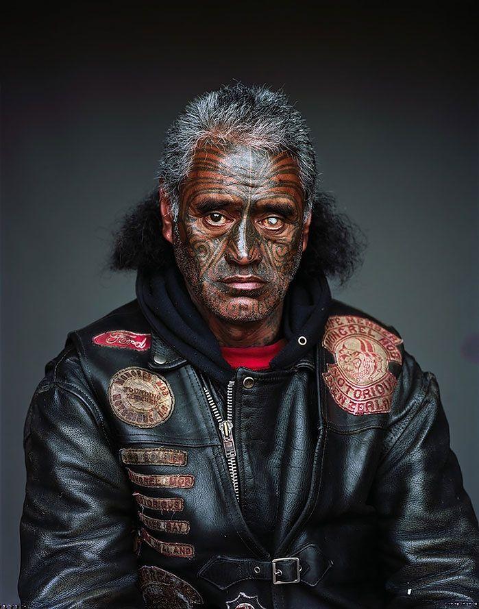 """Fotograf Jono Rotman dostał się do członków największego gangu w Nowej Zelandii """"Mighty Burek Mob"""" i wykonał im portrety studyjne."""