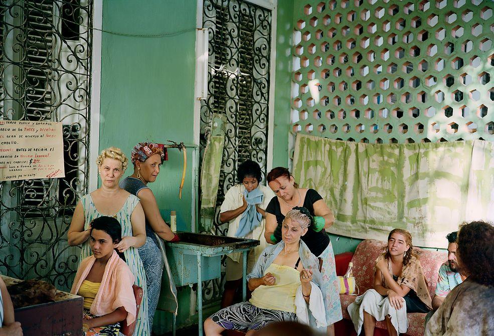 """""""The Cuba Archive"""" (""""Archiwum Kuby"""") autorstwa Trii Giovan to interesujące spojrzenie na wyspę, która kojarzy nam się z Coca Colą i rumem, tańcem, beztroską, biedą i świetnymi samochodami. Podejrzewam, że nie ma na świecie drugiego tak klimatycznego miejsca. Na zdjęciach tej fotografki znajdziecie prawdziwego ducha wyspy."""