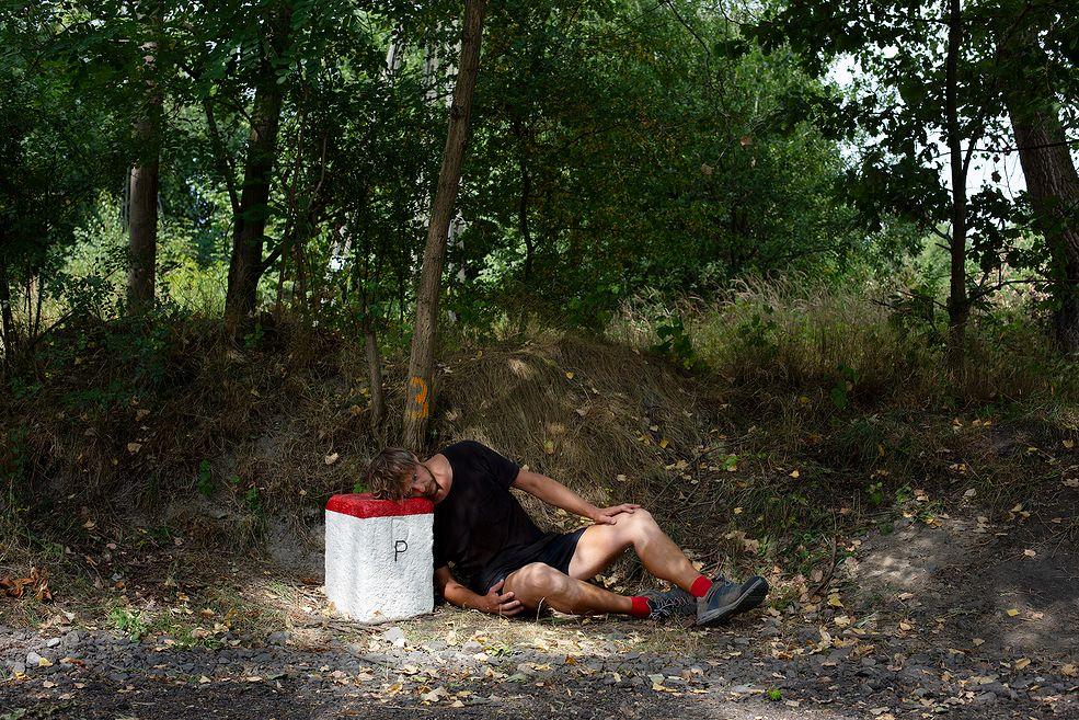 """W 2013 roku Michał Iwanowski przeszedł ponad 2 tysiące kilometrów pieszo z Kaługi do Wrocławia pokonując drogę, którą w 1945 roku przeszedł jego dziadek z bratem, kiedy uciekali z sowieckiego obozu.   Dziś na koncie ma kolejną wędrówkę w poszukiwaniu prawdy. Michał 17 lat temu wyjechał do Walii na Erasmusa. Zrobił jeden semestr fotografii i tam już został. W 2008 roku w Cardiff, w którym mieszka, przeczytał na jednej ze ścian napis """"Go home, Polish"""" (do domu Polaku). To był początek kontynuacji jego projektu."""