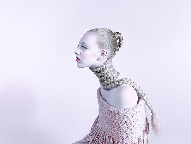 Cykl zdjęć Evolve Bary Prasilovej powstał do projektu Hasselblad Masters Book. Jako rekwizyt fotograf wybrała włosy nadając im dodatkowego, emocjonalnego znaczenia.
