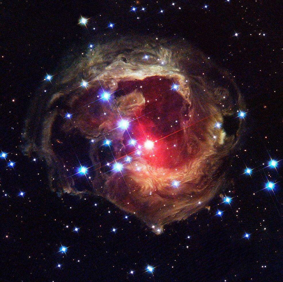 1 Echo świetlne, uchwycone trzy lata po eksplozji gwiazdy V838 Monocerotis w gwiazdozbiorze Jednorożca. W chwili wybuchu w 2002 roku, była ona najjaśniejszą gwiazdą w Drodze Mlecznej.