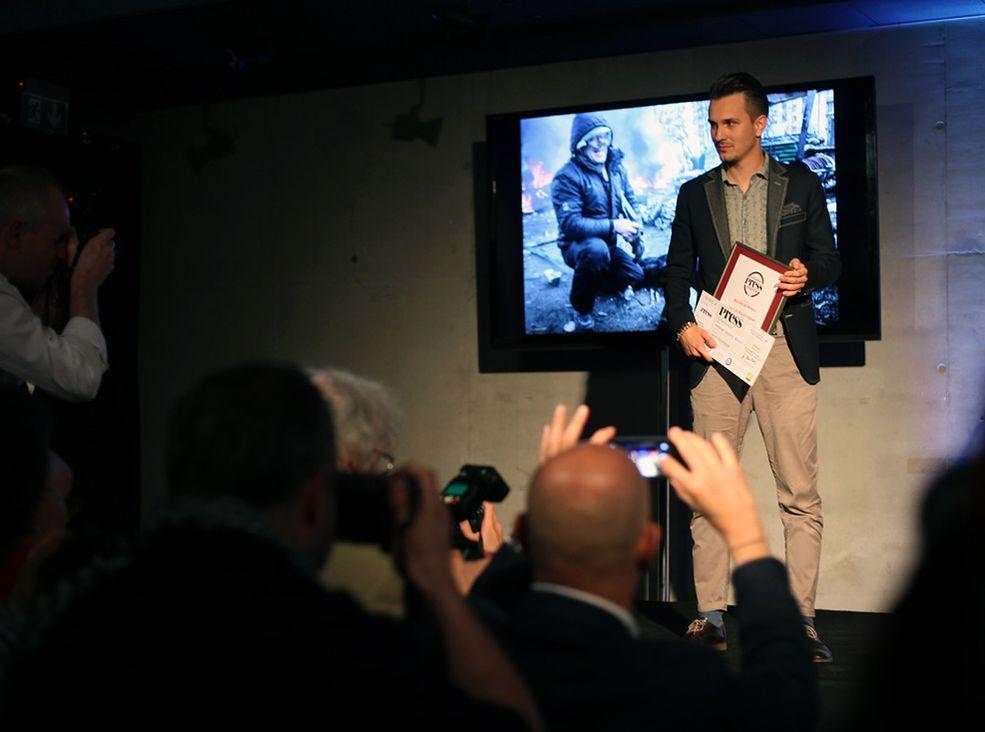 """Jakub Szymczuk z Nagrodą Zdjęcie Roku. W imieniu swoim, Redakcji i Czytelników Fotoblogii pogratulowałem Jakubowi zwycięstwa. Jak przyznał sam laureat Fotoblogia.pl była pierwszym medium, które opublikowało jego zdjęcia i opowieść o wojennych warunkach pracy podczas """"Czarnego Czwartku"""" na Majdanie, kiedy powstało zwycięskie zdjęcie."""