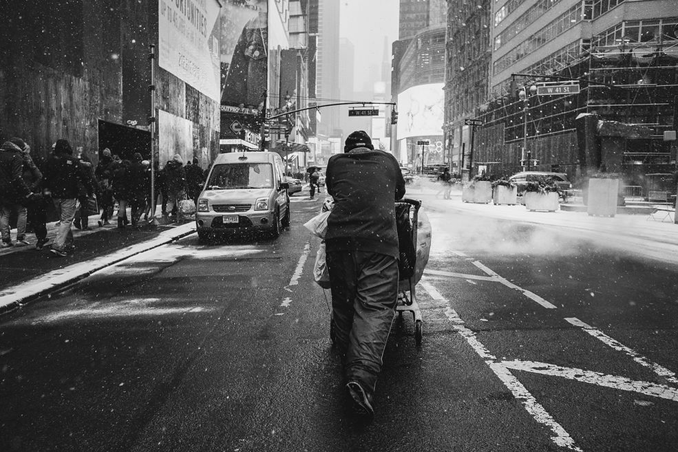 Styl fotograficzny Luca Kordasa jest silnie rozpoznawalny. Kontrasty i gra miejskim klimatem to to, co go wyróżnia na tle wielu innych. Mimo tego, że głównie zajmuje się fotografią portretową – pokochał fotografię uliczną.