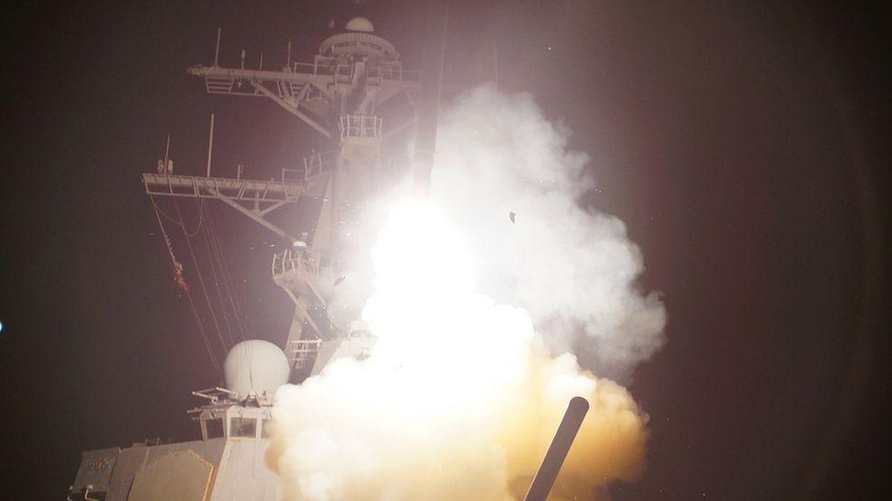 Rakieta Tomahawk startuje z pokładu USS Stout Fot. U.S. Navy photo by Sonar Technician (Surface) 3rd Class Jeramy Spivey / AN HONORABLE GERMAN   / Flickr