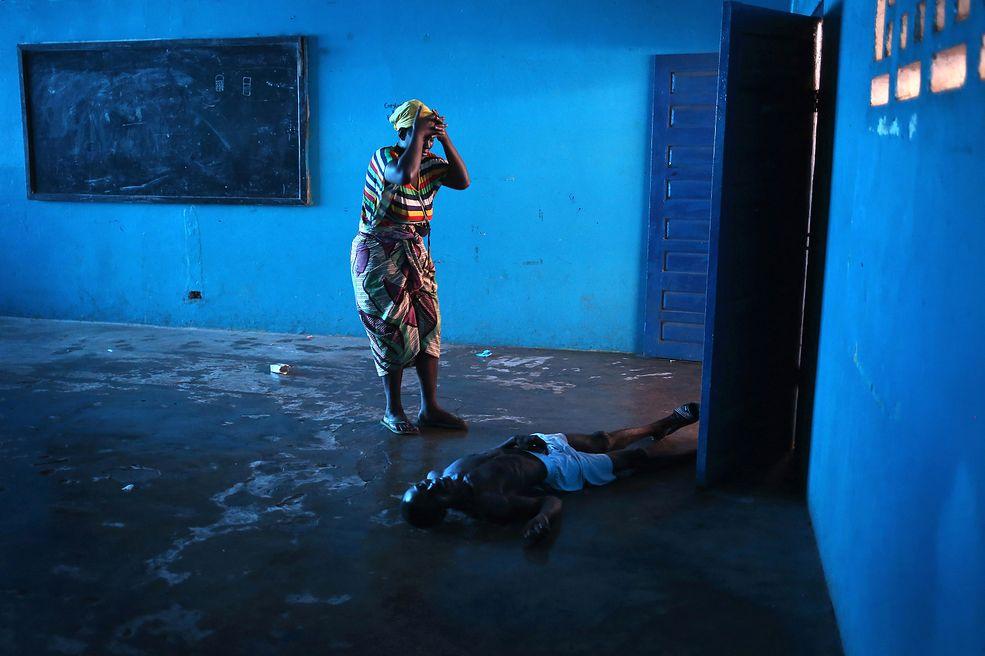"""@ John Moore / """"Kryzys związany z wirusem Ebola wstolicy Liberii"""" / Nagroda L'Iris d'Or, tytuł Fotografa Roku"""