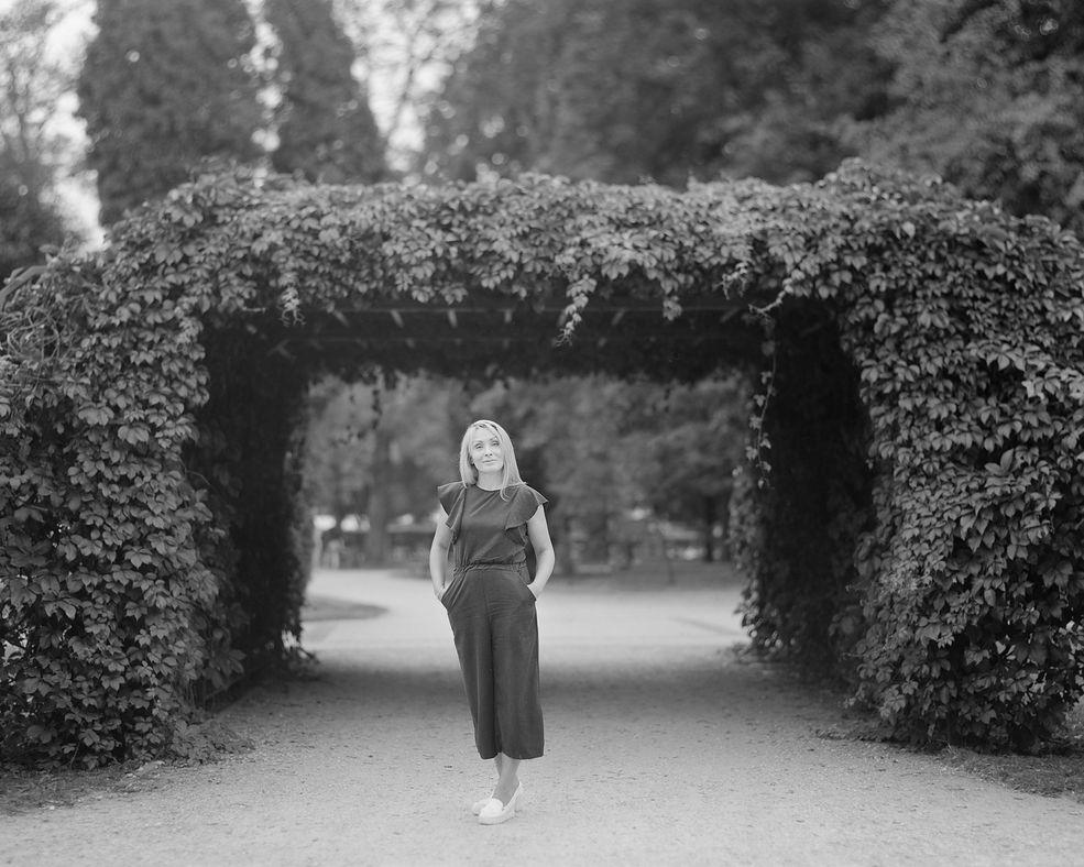 """Iwona Aleksandrowicz znana jest głównie z wielkoformatowych fotografii aktowych oraz artystycznych portretów. Na pomysł swojego najnowszego projektu """"Swój obcy"""" wpadła podczas rozmowy z Włochem, który w Szczecinku otworzył kawiarnię rodem z Rzymu."""