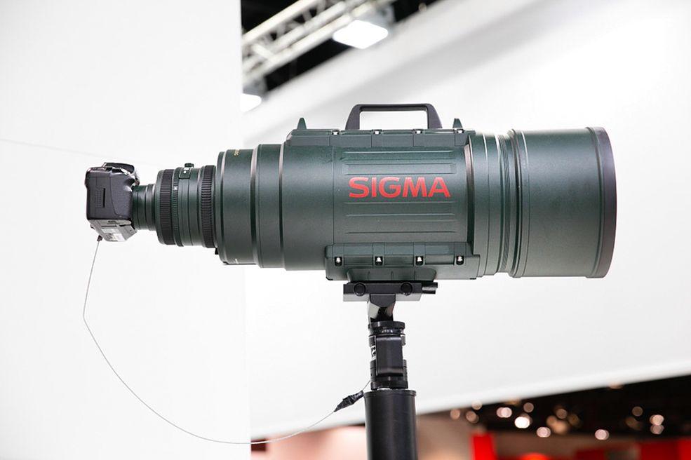 Sigma 200-500 F/2.8 APO EX DG. Długość tego wyglądającego, jak bomba lotnicza obiektywu, wynosi prawie 73 cm, średnica – 23 cm, a waga niemal 16 kg.