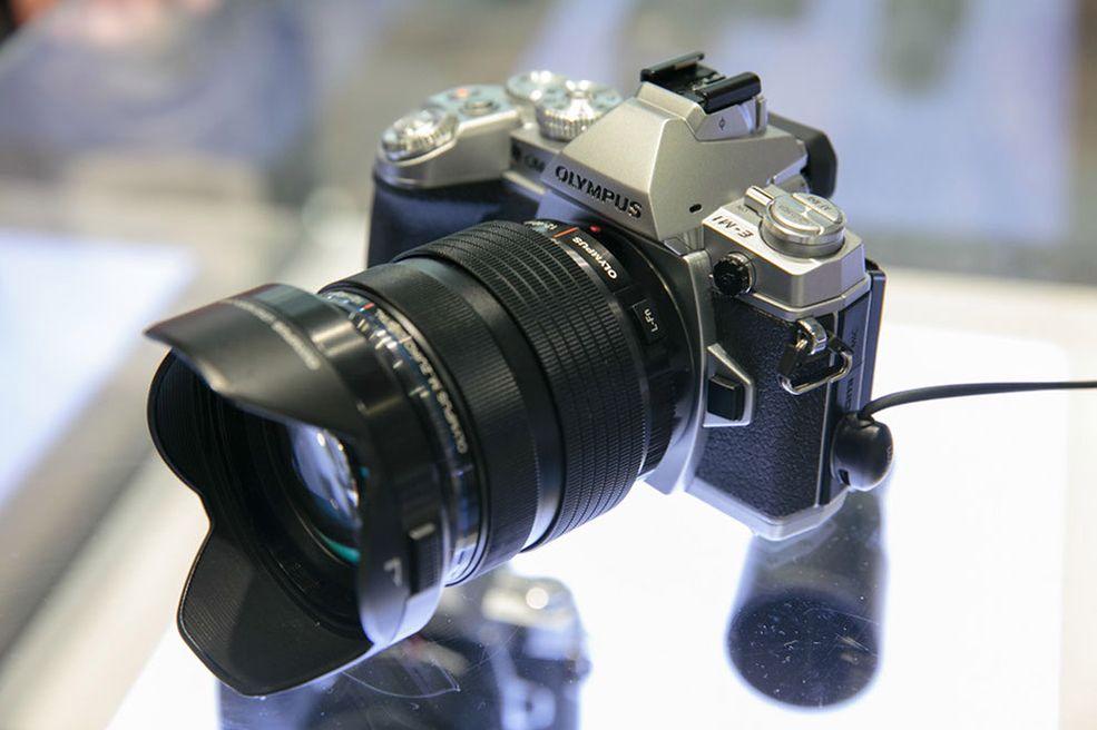 Od 24 września każdy użytkownik E-M1 po wgraniu firmware 2.0, będzie mógł wyzwalać aparat po kablu w warunkach studyjnych.