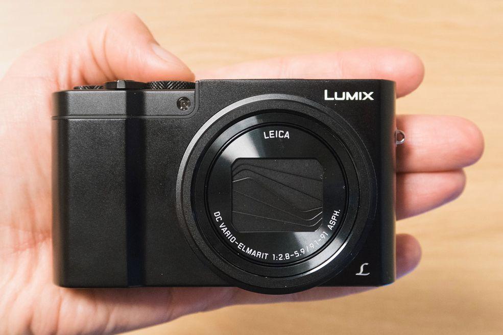 Obudowa aparatu Panasonic Lumix DMC-TZ100 zachowuje rozmiary zbliżone do TZ70 i to pomimo większej matrycy oraz jaśniejszego obiektywu.